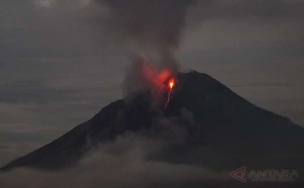 https: img-k.okeinfo.net content 2017 08 13 340 1754922 duuh-tengah-malam-sinabung-semburkan-abu-vulkanik-setinggi-2-800-meter-9dQDLXu5Ap.jpg