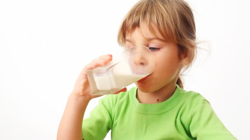 https: img-k.okeinfo.net content 2017 08 14 481 1755970 idealnya-anak-perlu-minum-berapa-gelas-susu-dalam-sehari-tLtALA74vl.jpg