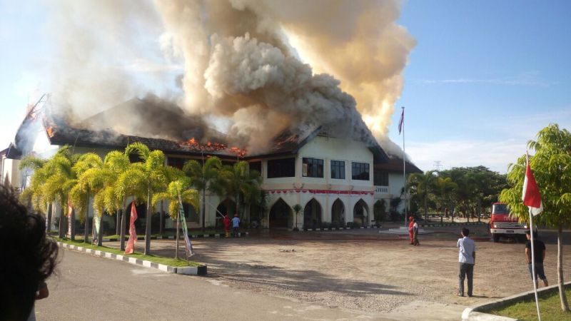 https: img-k.okeinfo.net content 2017 08 18 340 1758203 gedung-universitas-malikussaleh-terbakar-pemadam-masih-berupaya-jinakkan-api-yvHzmnkZcQ.jpg