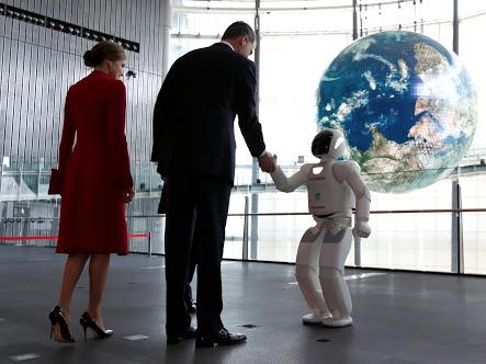 https: img-k.okeinfo.net content 2017 08 23 56 1761132 wow-demi-mirip-dengan-manusia-robot-ini-manfaatkan-kain-sutra-pQvMiooUrJ.jpeg