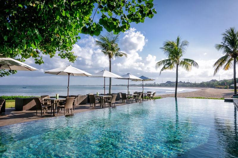 https: img-k.okeinfo.net content 2017 08 24 298 1762333 saat-liburan-di-bali-ajak-pasangan-bersantap-di-3-restoran-tepi-laut-suasananya-romantis-banget-ro4GU6bGwd.jpg