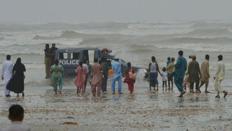 https: img-k.okeinfo.net content 2017 08 28 18 1764227 dihantam-badai-8-orang-termasuk-warga-arab-saudi-tewas-tenggelam-di-pantai-pakistan-u5R8TfO192.jpg
