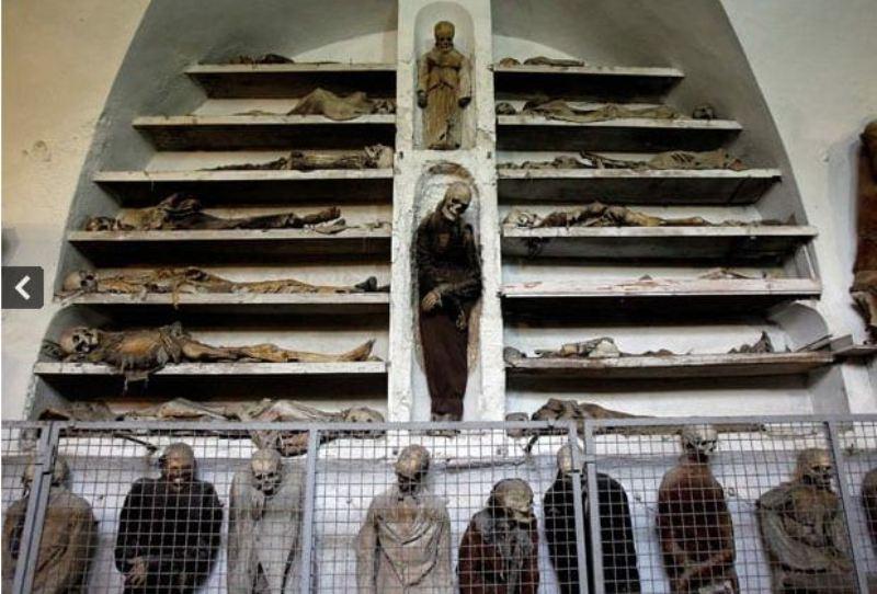 https: img-k.okeinfo.net content 2017 08 29 406 1765528 capuchin-catacombs-wisata-angker-menyaksikan-8-000-mumi-dipajang-di-etalase-Rbej9dDwtZ.JPG