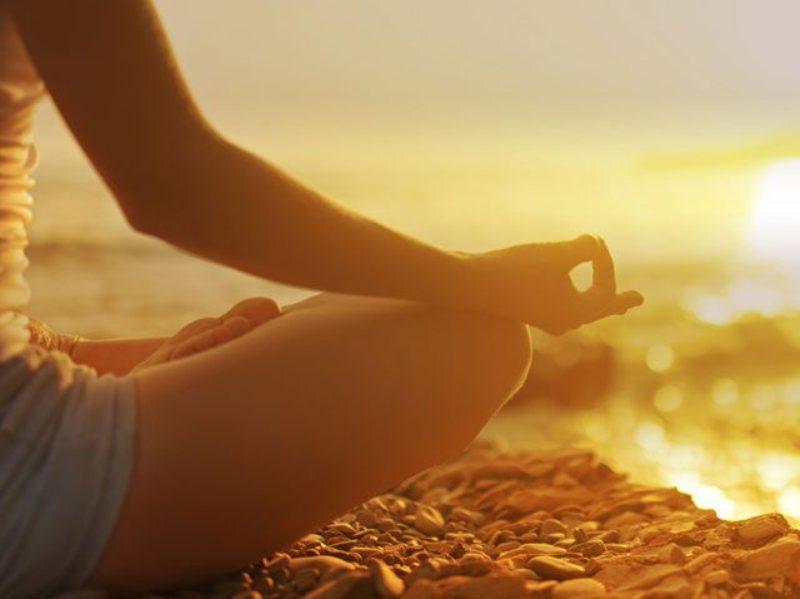 https: img-k.okeinfo.net content 2017 09 07 481 1771278 gerakan-yoga-ini-ternyata-bisa-lho-dilakukan-di-meja-kerja-R5gt9PXU4U.jpg