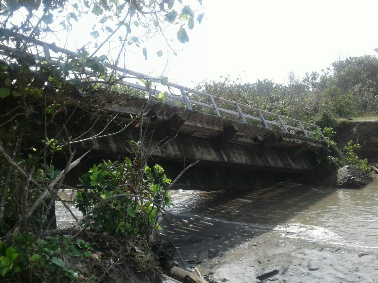 https: img-k.okeinfo.net content 2017 09 11 340 1773416 2-jembatan-di-bengkulu-ambruk-diterjang-banjir-akses-antardesa-terputus-1lHrmcu21M.jpg