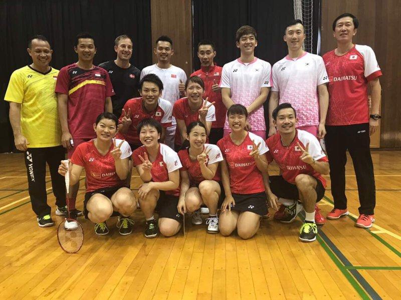 https: img-k.okeinfo.net content 2017 09 13 40 1774711 sport-tweets-bertemu-di-jepang-lee-chong-wei-reuni-dengan-taufik-hidayat-peter-gade-dan-lin-dan-9ScmgEOvG7.jpg
