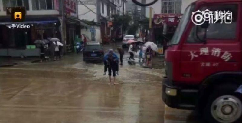 https: img-k.okeinfo.net content 2017 09 14 18 1775738 video-mengharukan-kakek-di-china-rela-gendong-istrinya-lintasi-genangan-air-oIOqspc4tt.jpg