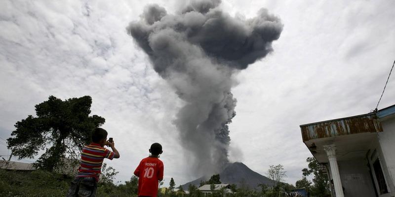 https: img-k.okeinfo.net content 2017 09 26 481 1783230 waspadai-letusan-gunung-agung-bali-pengungsi-diminta-jaga-diri-dari-paparan-debu-vulkanik-6fsr93XrYD.jpg