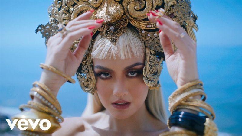 https: img-k.okeinfo.net content 2017 09 29 205 1785267 kenakan-busana-batik-lewat-video-klip-long-as-i-get-paid-agnez-mo-junjung-tinggi-budaya-indonesia-jaxKgG1syF.jpg
