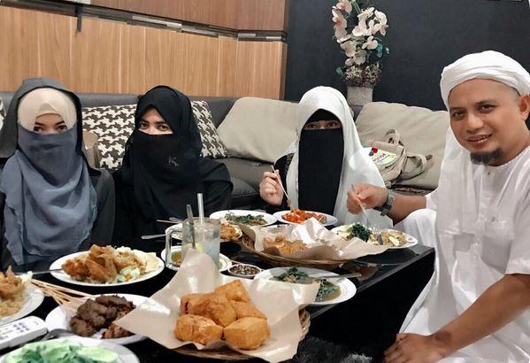https: img-k.okeinfo.net content 2017 10 08 33 1791066 video-foto-poligami-ustadz-arifin-ilham-tuai-kontroversi-Qx6l7QCkVR.JPG