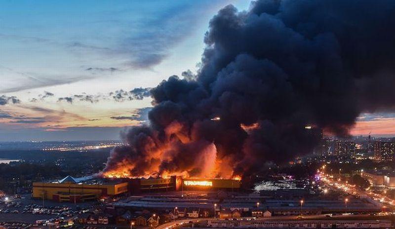 https: img-k.okeinfo.net content 2017 10 09 18 1791355 duh-kebakaran-di-sebuah-pasar-di-rusia-picu-ledakan-besar-dan-hanguskan-1-200-toko-IPVOCauGGK.jpg