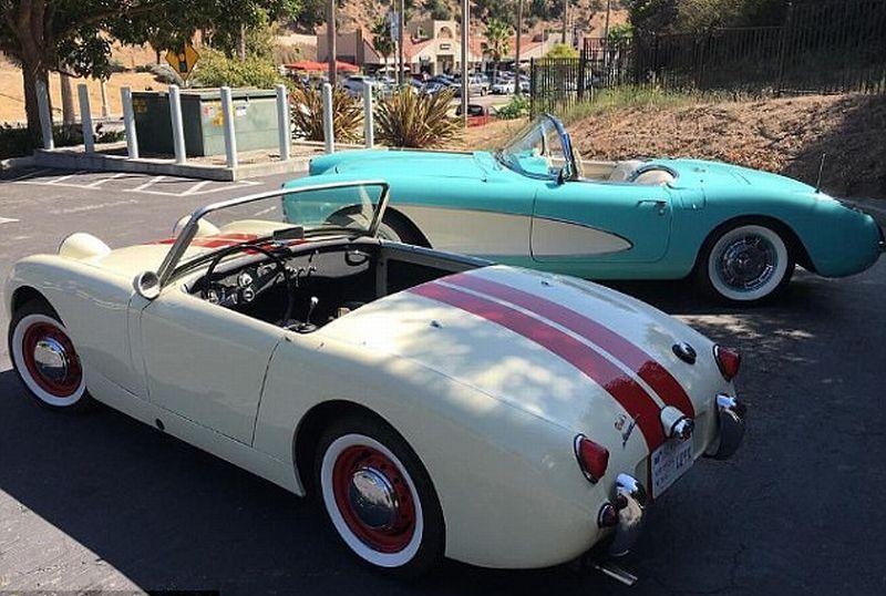 https: img-k.okeinfo.net content 2017 10 11 15 1793416 kompaknya-ibu-anak-mobil-klasik-austin-healey-caitlyn-corvette-kendall-jenner-bersanding-6IlejkSKc6.jpg