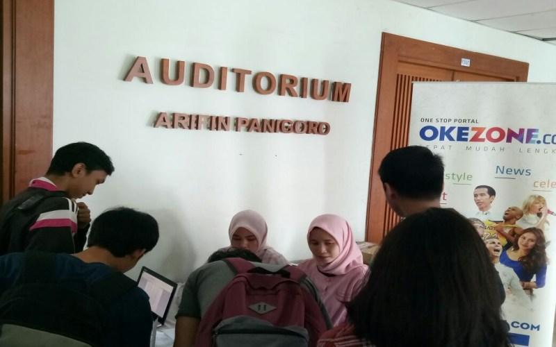 https: img-k.okeinfo.net content 2017 10 11 65 1793086 keren-mahasiswa-universitas-al-azhar-indonesia-antusias-ikuti-okezone-goes-to-campus-Qh9m8HV119.jpg