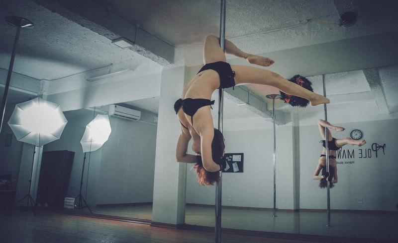 https: img-k.okeinfo.net content 2017 10 13 406 1794788 okezone-week-end-erotisme-berbalut-seni-dalam-pertunjukkan-pole-dance-6yreg5fYd3.jpg