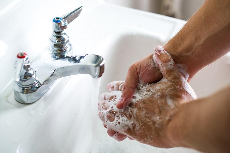 https: img-k.okeinfo.net content 2017 10 13 481 1795184 mana-yang-lebih-baik-cuci-tangan-pakai-air-dan-sabun-atau-hand-sanitizer-Y847oPux1P.jpg