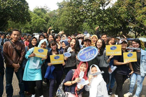 https: img-k.okeinfo.net content 2017 10 14 598 1795226 asyik-peserta-audisi-indonesian-idol-2017-yang-pakai-grab-tak-perlu-mengantre-DXT58MPdtT.JPG