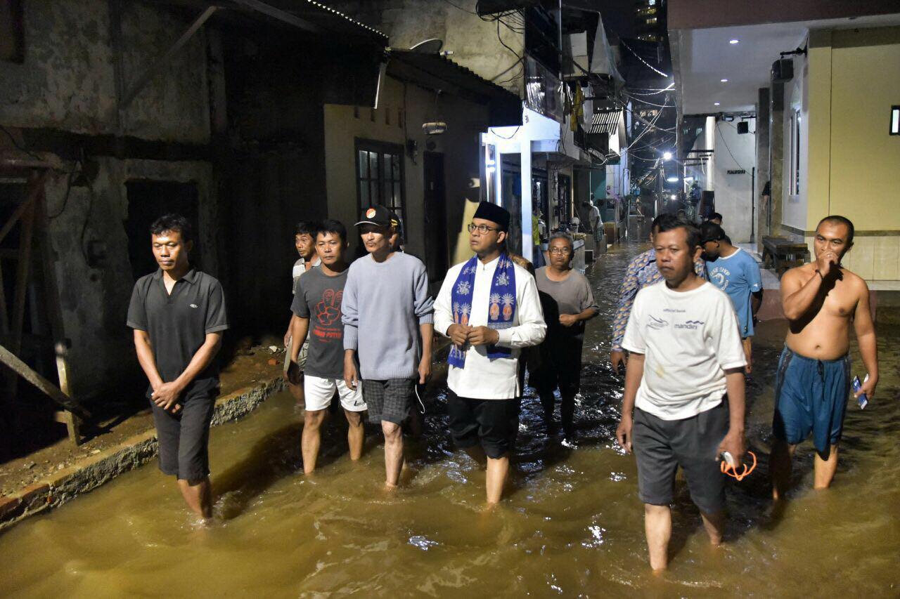 https: img-k.okeinfo.net content 2017 10 20 338 1798968 malam-malam-anies-baswedan-jalan-kaki-cek-penanganan-banjir-di-cipete-utara-BNmU2znPjg.jpg