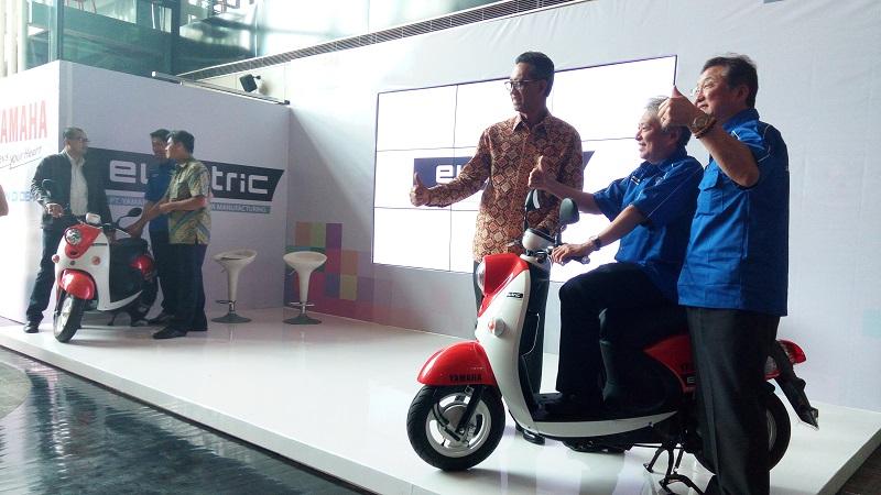 https: img-k.okeinfo.net content 2017 11 01 15 1806511 keren-saingi-honda-viar-yamaha-sasar-pasar-motor-listrik-di-indonesia-wjRZwHVC6L.jpg