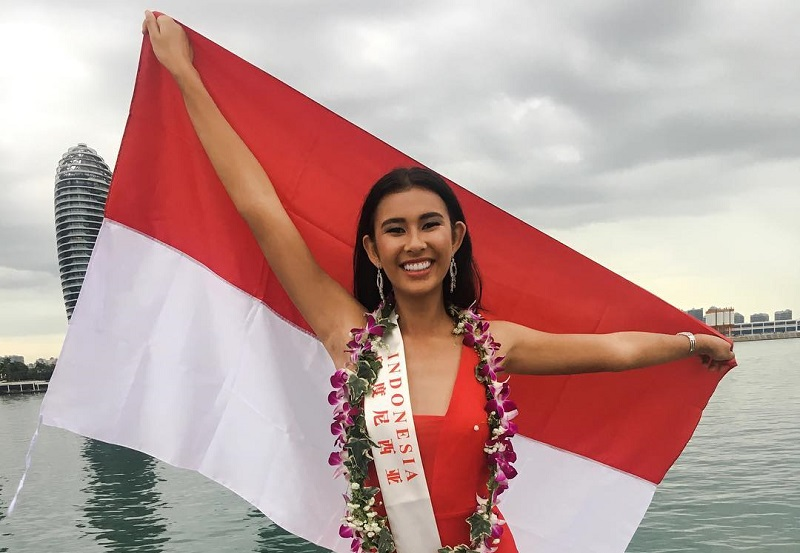 https: img-k.okeinfo.net content 2017 11 08 194 1810673 pose-achintya-nilsen-sambil-bentangkan-bendera-indonesia-di-kegiatan-karantina-miss-world-2017-sdC5NDV902.jpg