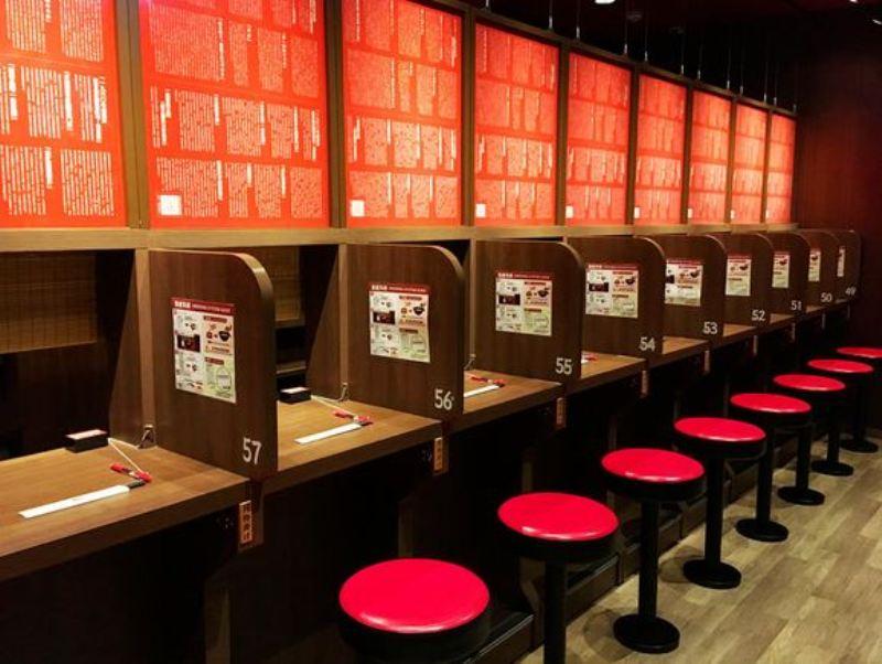 https: img-k.okeinfo.net content 2017 11 09 298 1811271 restoran-ramen-dan-meja-khusus-ini-beri-jaminan-makan-ramen-secara-private-IusHtBnZgR.jpg