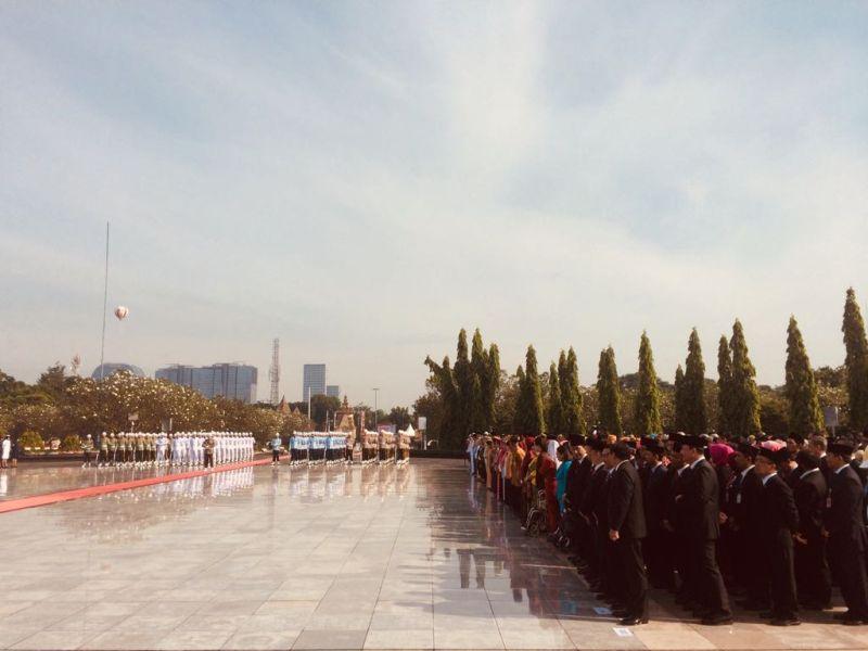 https: img-k.okeinfo.net content 2017 11 10 337 1811683 hari-pahlawan-jokowi-pimpin-upacara-ziarah-nasional-di-tmp-kalibata-UNyCilNvLW.jpg