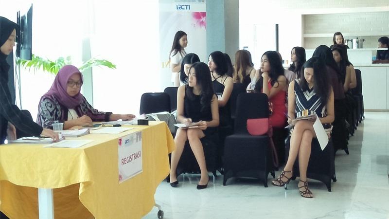 https: img-k.okeinfo.net content 2017 11 11 194 1812383 puluhan-wanita-cantik-ikuti-audisi-hari-pertama-miss-indonesia-2018-22jcqfgw4g.jpg
