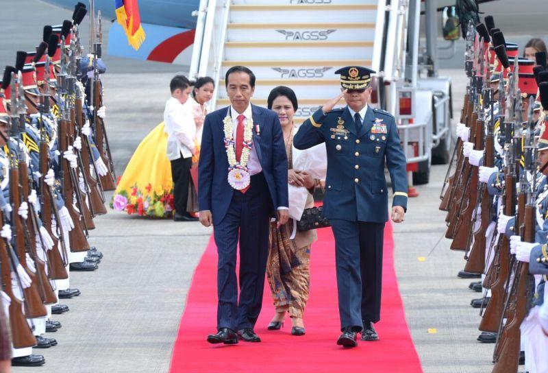 https: img-k.okeinfo.net content 2017 11 12 18 1812711 tiba-di-filipina-untuk-ktt-asean-presiden-jokowi-disambut-tarian-massal-DqTsuq6kE8.jpeg
