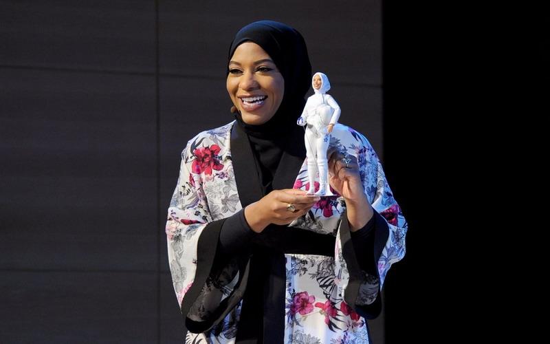 https: img-k.okeinfo.net content 2017 11 14 194 1813897 apresiasi-wanita-muslim-di-tim-olimpiade-as-barbie-luncurkan-boneka-berhijab-mirip-ibtihaj-muhammad-KxiynQG91N.jpg