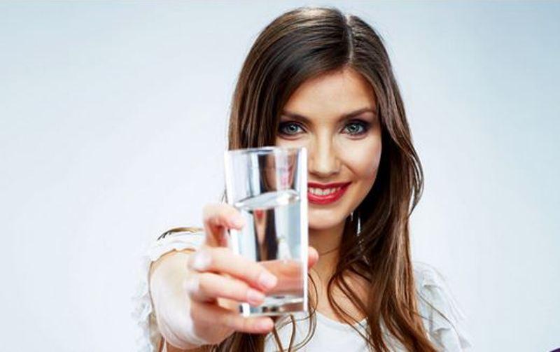 https: img-k.okeinfo.net content 2017 11 14 481 1814140 ladies-ini-4-manfaat-memulai-hari-dengan-minum-air-putih-hangat-bisa-redakan-nyeri-menstruasi-lho-tfTFMscrAT.jpg