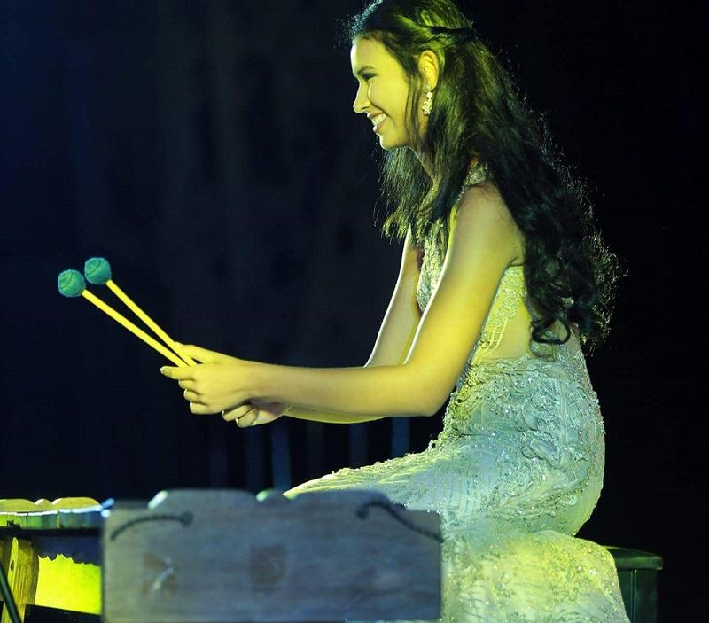 https: img-k.okeinfo.net content 2017 11 15 194 1814538 yuk-lihat-aksi-achintya-nilsen-bermain-marimba-di-panggung-talent-show-miss-world-2017-4klTmKr6ig.jpg