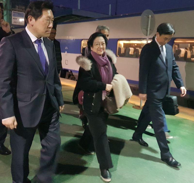 https: img-k.okeinfo.net content 2017 11 15 337 1814678 konsisten-terapkan-ekonomi-pancasila-megawati-soekarnoputri-kembali-terima-gelar-dhc-di-korea-selatan-WC44h26Jin.jpg