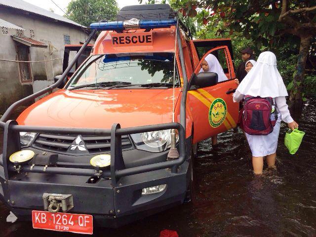 https: img-k.okeinfo.net content 2017 11 15 340 1814267 banjir-menerjang-sar-kerahkan-armada-evakuasi-ibu-ibu-dan-anak-sekolah-l0CV0a6LZD.jpg
