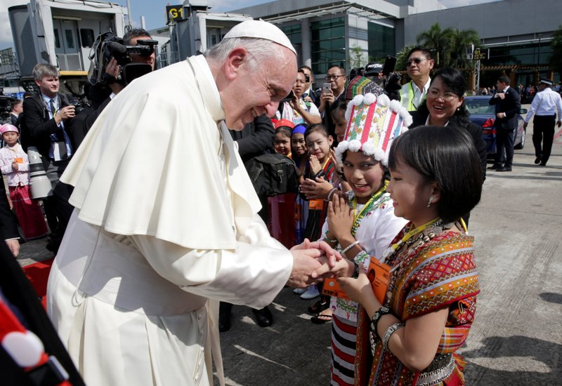 https: img-k.okeinfo.net content 2017 11 27 18 1821243 tiba-di-myanmar-paus-fransiskus-disambut-ribuan-umat-katolik-MXpsiSJqBj.JPG