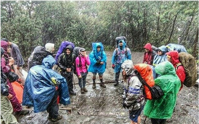https: img-k.okeinfo.net content 2017 11 28 406 1821972 pendaki-ditanya-naik-gunung-musim-hujan-netizen-lebih-baik-ditunda-jyTTBEiENd.jpg