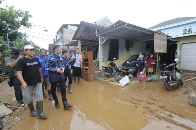 https: img-k.okeinfo.net content 2017 12 02 519 1824121 banjir-di-pacitan-ibas-bersama-relawan-gotong-royong-bersihkan-material-lumpur-Yw2QmDT9u6.jpg