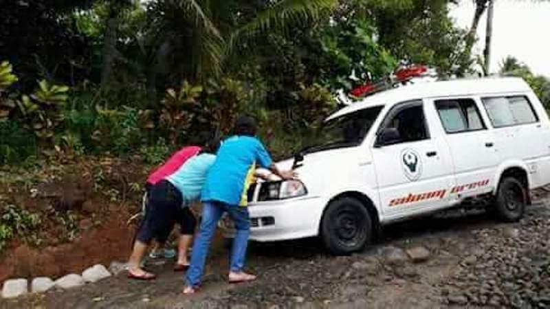 https: img-k.okeinfo.net content 2017 12 03 481 1824303 foto-3-orang-tenaga-medis-wanita-dorong-ambulans-jadi-viral-rF2Wu2fQcJ.jpg