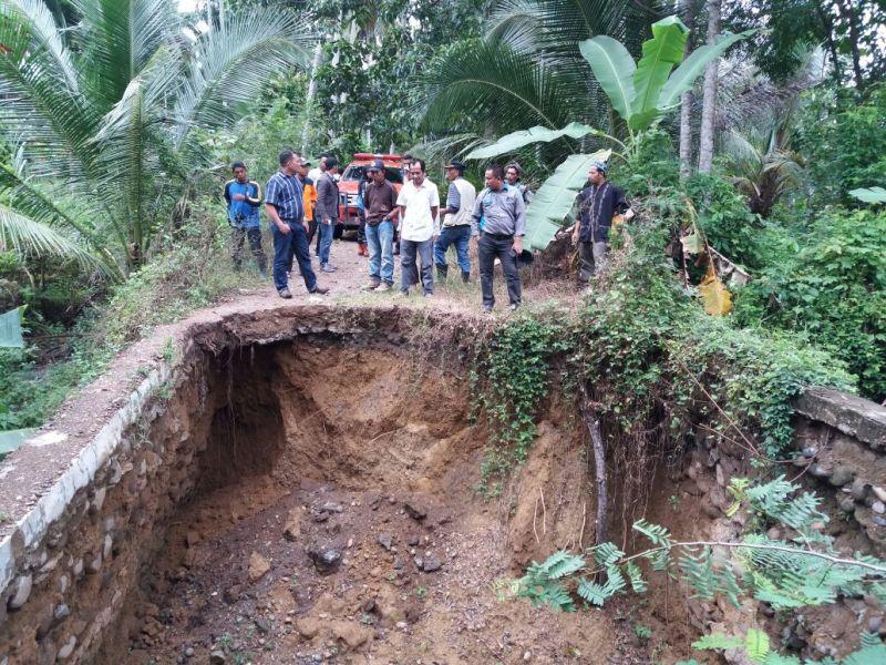 https: img-k.okeinfo.net content 2017 12 04 340 1824672 banjir-serta-longsor-melanda-9-kecamatan-di-kabupaten-bireuen-Szg3sJKvYn.jpg
