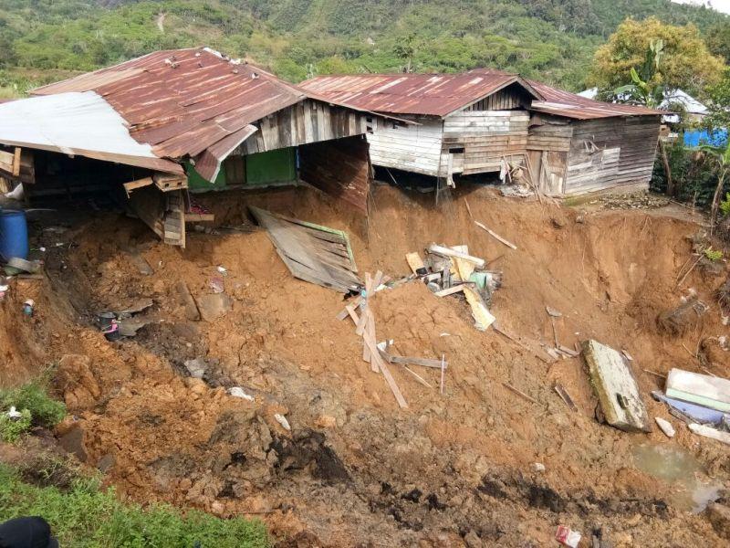 https: img-k.okeinfo.net content 2017 12 04 340 1824828 2-rumah-warga-di-bener-meriah-masuk-jurang-akibat-longsor-FmNjsMZxPH.jpg