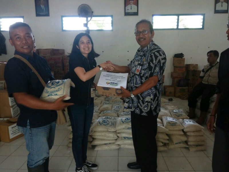 https: img-k.okeinfo.net content 2017 12 05 519 1825571 mnc-peduli-salurkan-bantuan-bagi-korban-banjir-dan-tanah-longsor-di-pacitan-tN4hgXfQCz.jpg