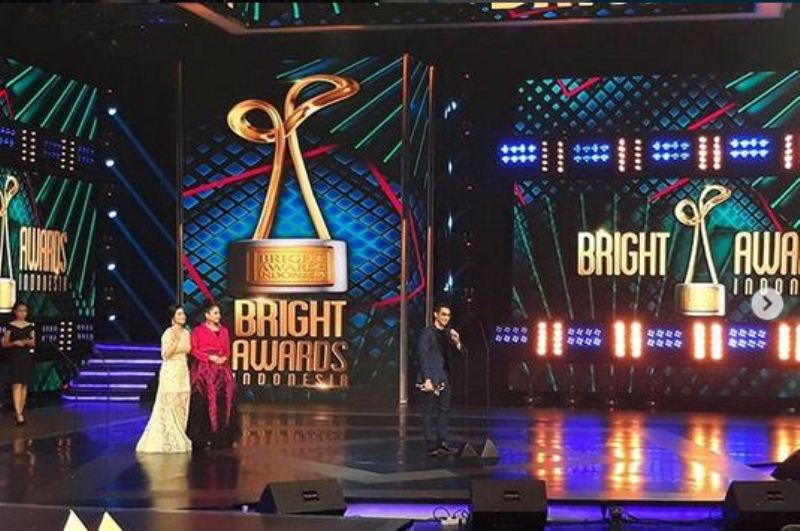 https: img-k.okeinfo.net content 2017 12 06 598 1826403 menang-bright-awards-indonesia-2017-afgan-tebar-cinta-untuk-fans-ikpX5tejJW.jpg