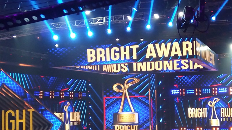https: img-k.okeinfo.net content 2017 12 06 598 1826406 arie-untung-dan-fenita-arie-sabet-pasangan-iklan-terfavorit-di-bright-awards-indonesia-2017-k2htIvohNq.jpg