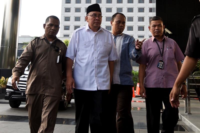 https: img-k.okeinfo.net content 2017 12 07 340 1826923 gubernur-bengkulu-non-aktif-dituntut-10-tahun-penjara-dan-denda-rp400-juta-iCWJxonRYT.jpg