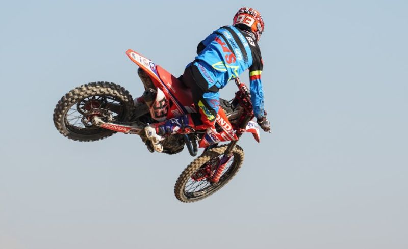 https: img-k.okeinfo.net content 2017 12 07 38 1826484 usai-jadi-juara-dunia-motogp-2017-ini-aksi-marc-marquez-dengan-motocross-fUEGrRhcIt.jpg