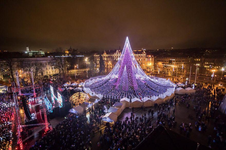 https: img-k.okeinfo.net content 2017 12 07 406 1826503 pohon-natal-raksasa-setinggi-27-meter-yang-terbuat-dari-70-ribu-bola-lampu-di-lituania-jadi-viral-36ipThGvMC.jpg