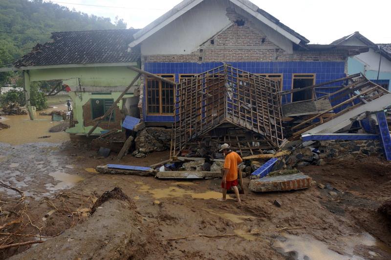 https: img-k.okeinfo.net content 2017 12 08 519 1827121 warga-pacitan-alami-kerugian-rp600-miliar-dari-dampak-bencana-banjir-dan-longsor-VCBvGhGJNl.jpg