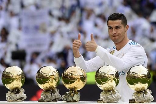https: img-k.okeinfo.net content 2017 12 10 51 1828210 cristiano-ronaldo-raih-ballon-d-or-2017-marcelo-dia-pemain-terbaik-dunia-X0rKJ4exNQ.jpg