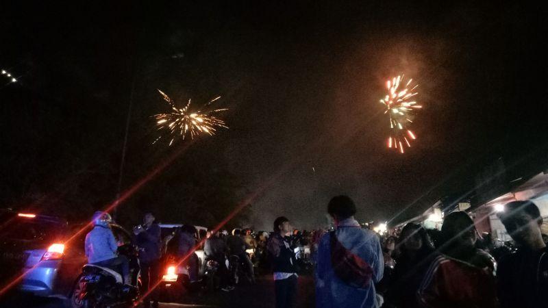 https: img-k.okeinfo.net content 2018 01 01 338 1838320 begini-suasana-pesta-kembang-api-tahun-baru-di-puncak-hrLsheODPq.jpg