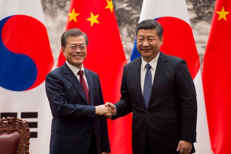 https: img-k.okeinfo.net content 2018 01 11 18 1843709 telefon-moon-jae-in-presiden-china-dukung-upaya-perdamaian-korsel-korut-Ow4Xj5Ra9J.JPG