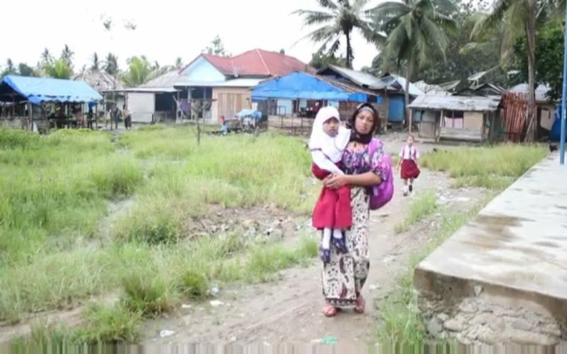 https: img-k.okeinfo.net content 2018 01 11 65 1843353 mengharukan-setiap-hari-ibu-ini-gendong-putrinya-ke-sekolah-nYmM6x2Eiu.jpg
