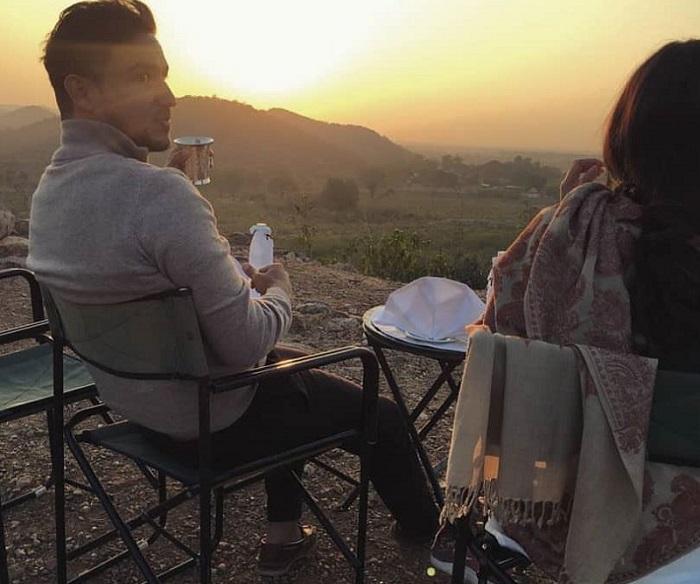 https: img-k.okeinfo.net content 2018 01 12 406 1844304 romantisnya-hamish-dan-raisa-nikmati-pemandangan-sunrise-di-taman-nasional-india-uocQrhWrQX.jpg